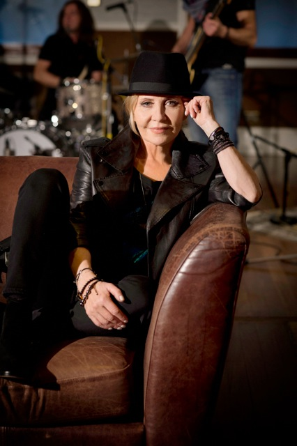 LULU SIGNS A MAJOR DEAL WITH DECCA RECORDS